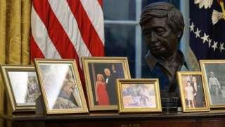 تمثال نصفي لـ سيزار تشافيز يستقر إلى جوار صور لعائلة بايدن