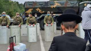 Jewish pilgrims gather in front of Ukrainian service members near the Novi Yarylovychi crossing point