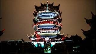 武漢黃鶴樓在十一假期期間舉辦燈光秀和夜遊黃鶴樓活動。
