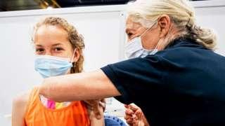 Criança sendo vacinada em uma clínica em Utrecht, na Holanda, em julho de 2021