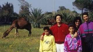 Gaddafi na mke wake na watoto katika makazi yake ya Bab al-Aziziyah mwaka 1992