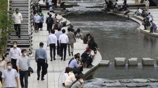14일 오후 서울 중구 청계천에서 직장인들이 점심시간을 이용해 휴식을 취하고 있다