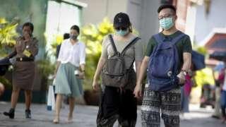 Wisatawan China pakai masker di Grand Palace, Bangkok, Thailand, 14 Februari 2020.