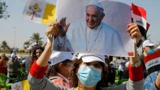 Abaturage bari ku kibuga cy'indege kwakira Papa Francis