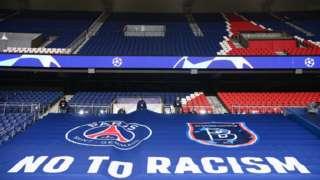 """Çarşamba akşamı kaldığı yerden devam edecek olan maçta Parc des Princes tribünlerine """"Irkçılığa Hayır"""" pankartı asıldı."""