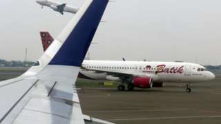 Pesawat tinggal landas di Bandara Soekarno Hatta, Tangerang, Banten, Senin (11/10/2021).