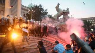 Протесты у здания парламента в Белграде 8 июля 2020 года