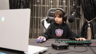 Joseph Deen em frente ao computador