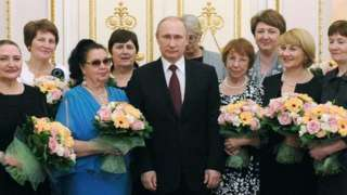 Tổng thống Vladimir Putin chúc mừng phụ nữ Nga ngày 8/3/2015 (hình tư liệu)