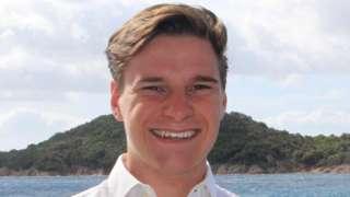 Oliver Daemen sorri para foto perto de praia