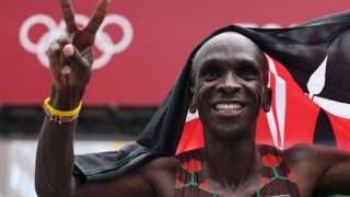 Eliud Kipchoge celebrates winning the marathon at the Tokyo Olympics