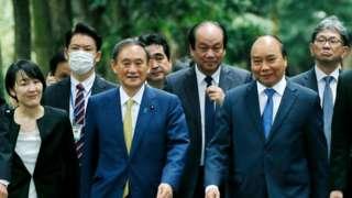Thủ tướng Nhật Bản Yoshihide Suga (thứ 3) và người đồng cấp Việt Nam Nguyễn Xuân Phúc (thứ 2) thăm Nhà sàn của cố Chủ tịch Hồ Chí Minh tại Hà Nội ngày 19/10/2020
