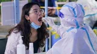 南京市民在玄武区新街口街道北门桥社区核酸检测点进行核酸检测取样(新华社图片29/7/2021)