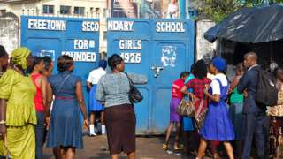 Des enfants sierra-léonais arrivant pour assister au premier jour de la nouvelle année scolaire, le 17 septembre 2018.