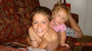 Paris e Ella no sofá. Menino matou a irmã a facadas quando ela tinha quatro anos