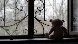 Urso de pelúcia sozinho em janela