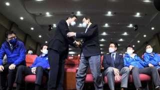 이해찬·이낙연 더불어민주당 공동상임선대위원장이 15일 오후 21대 국회의원선거 개표상황실에서 악수하고 있다