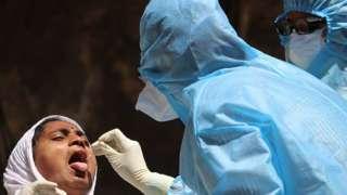 Mulher sendo testada para covid-19 na Índia