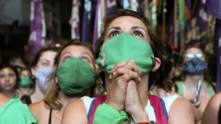kürtaj hakkı için kampanya yürüten kadınlar