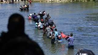 Haitianos atravessam o Rio Grande