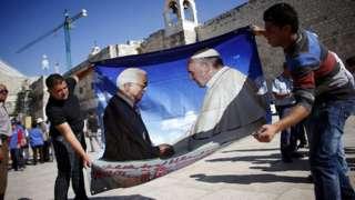 Cartaz de Abbas e o Papa Francisco.