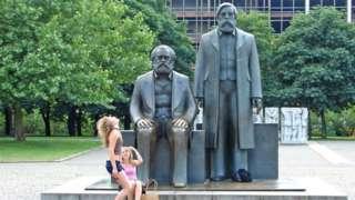 Tượng hai ông Marx và Engels ở Berlin nay là điểm đôi khi có du khách đến chụp ảnh. Sau thời Đông Đức, tượng này được để nhìn về phía Tây.