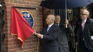 Sir Bobby unveils plaque