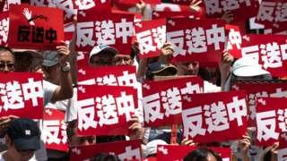 香港民陣」反送中「示威一名參加者舉起標語牌(9/6/2019)