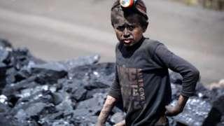Афганский мальчик на угольной шахте
