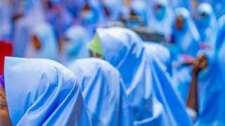 Filles en hijab bleu