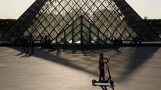 Влада Парижа погрожує заборонити електросамокати після смерті пішохода