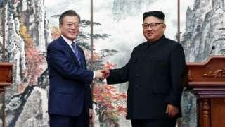 Moon Jae-in (ibumoso) na Kim Jong-un ((iburyo)