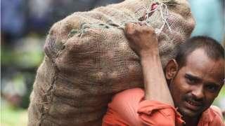ముంబయిలో ఉల్లిపాయల బస్తా మోసుకెళ్తున్న కూలీ. 2019 ఆగస్టు 7వ తేదీన తీసిన చిత్రం