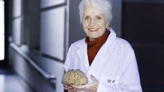 Marian Diamond con un cerebro en la mano
