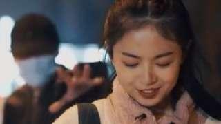 스토킹을 희화해 논란이 된 중국의 화장품 광고