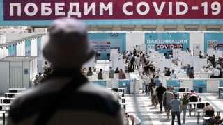 Люди в пункте вакцинации в Гостином дворе в Москве