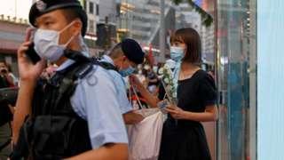 袭击事件发生后,香港警方搜查多名手持白花的途人。