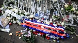 یادبود کشته شدگان در حمله به سالن کنسرت بتکلان در پاریس ۲۲ ابان ۱۳۹۸
