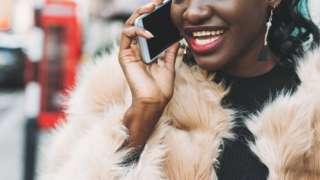 Umugore uri kuvugira kuri telephone