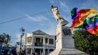 Estátua é derrubada na Colômbia