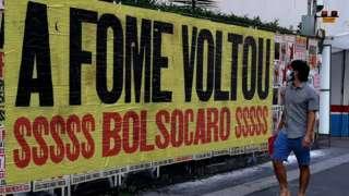 'A fome voltou', diz o cartaz de protesto na Avenida Paulista, em São Paulo