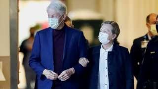 بیل و هیلاری کلینتون در حال خروج از بیمارستان در کالیفرنیا