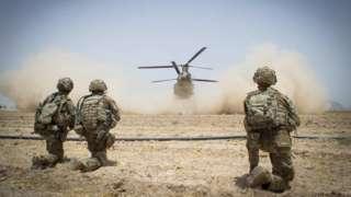Американские военнослужащие обеспечивают безопасность при посадке вертолета в афганской провиции Кандагар