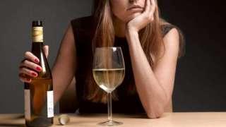 žena s flašom
