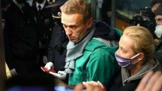 Навальный паспорт көзөмөлүнөн өтпөй туруп кармалды