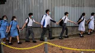 一些香港的中學生多次發起築人鏈活動,響應過去一年多年的示威浪潮。