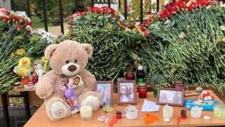 Цветы и плюшевые игрушки в память о погибших в Перми