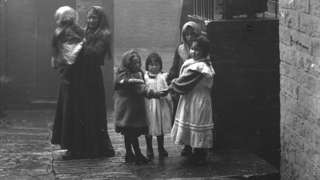 Woman and children down a back alley 1905/8, (detail)