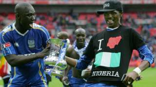 The late Papa Bouba Diop (left) and Nigeria's Nwankwu Kanu with the FA Cup