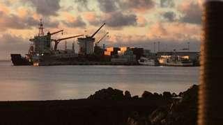 薩摩亞首都阿皮亞的一艘集裝箱船。